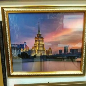 Печ/ cатин. бум «Ночной вид на гостиницу» в раме 30х35 см – Щ239